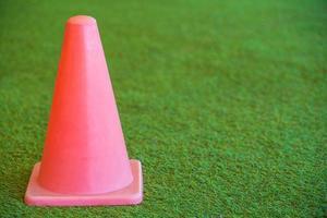 pequeño cono de tráfico rosa foto