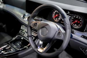 Consola limpia interior del coche moderno volante negro foto