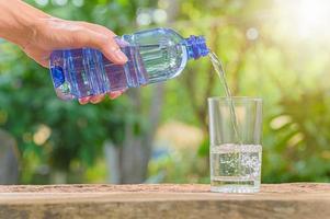 botella de agua potable foto
