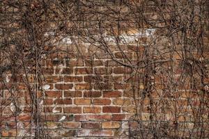Pared de ladrillo rojo envejecido de una antigua fábrica foto