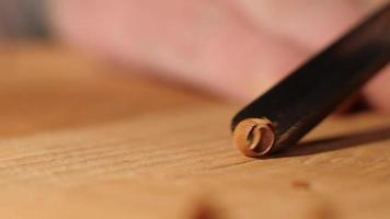 El tallador de madera macro corta la bandeja de té con un cincel. contiene sonido asmr