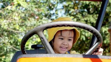 petite fille jouant sur un tracteur