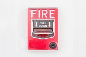 Interruptor de alarma contra incendios en la pared blanca foto