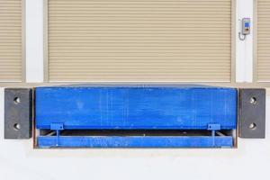 puerta de persiana o puerta enrollable y nivelador de andén foto