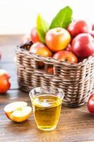 jugo de manzana en vaso y manzanas en la canasta