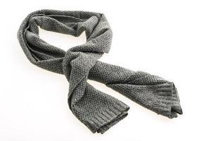 bufanda gris sobre fondo blanco