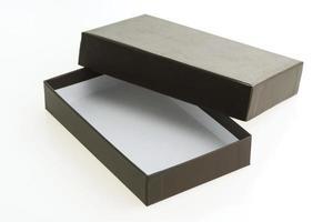caja negra sobre fondo blanco foto