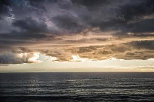 Mar tormentoso oscuro con un espectacular cielo nublado foto