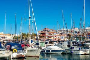 Valencia, España 2017-- Yates y barcos en el puerto deportivo de Torrevieja.