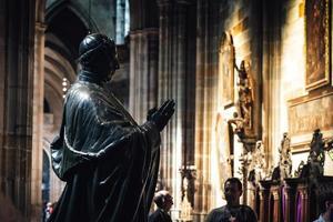 República Checa 2016 - estatua de bronce del príncipe Friedrich Zu Schwarzenberg en la catedral de San Vito