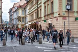 Praga, República Checa 2017: los peatones cruzan una calle Rytirska