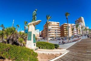 Torrevieja, españa 2017 - estatua del hombre del mar en el paseo juan aparicio