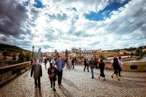 República Checa 2017: gente caminando por el histórico puente de Carlos