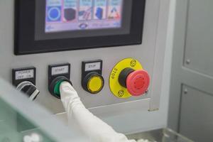 presionando un botón en una máquina