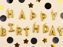 velas de feliz cumpleaños negras y doradas