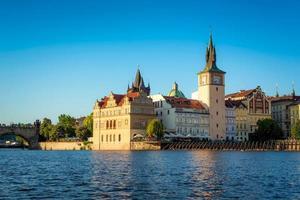 Vista de los edificios por el río contra el cielo azul