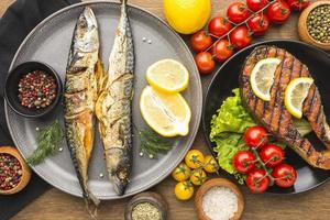 plato de pescado ahumado foto