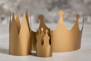 coronas de papel de oro