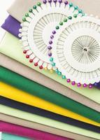 agujas de coser y tela foto