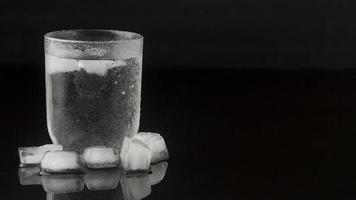 vaso de agua helada foto