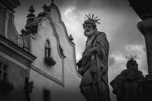 Estatua en la columna de la peste en Cesky Krumlov, República Checa