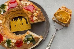 torta del día de la epifanía con una corona foto