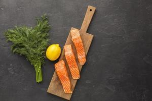 salmón en una tabla de cortar