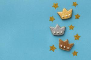 Corona de galletas y estrellas para el día de la epifanía.