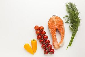 salmón con otros ingredientes en blanco