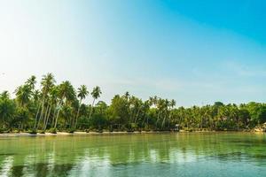 isla paradisíaca con playa y mar