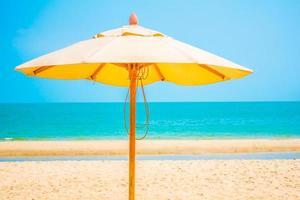 sombrilla en la playa tropical foto