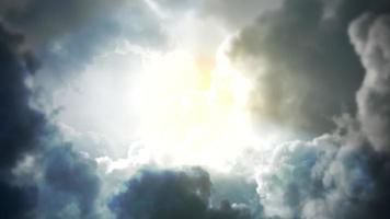 Fondo cinematográfico con nublado y sol con movimiento de cámara.