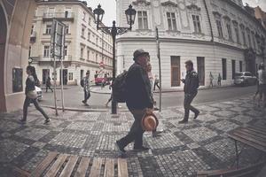República Checa 2017 - Hombre con mochila caminando por una calle pavimentada del centro de la ciudad