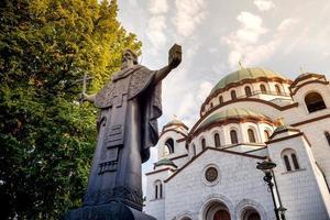 estatua de st. sava con iglesia en el fondo