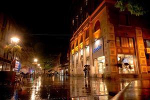 Belgrado, Serbia 2015 - Noche lluviosa en la calle Knez Mihailova