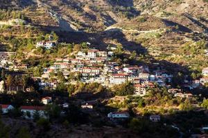 escena tradicional de pueblo de montaña