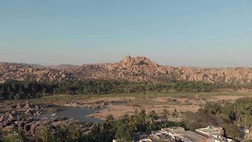 paisagem rochosa e estéril margem do rio tungabhadra na orla da cidade de hampi, karnataka, índia video