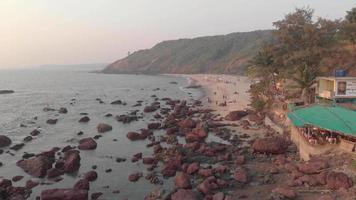 4k Aufnahmen fliegen entlang der schönen Strände von Arambol Village, Indien video
