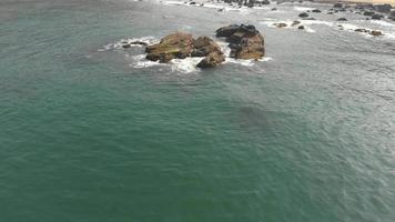 rochas erodidas costeiras perto da costa em arambol, em goa, Índia video