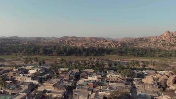 limite da cidade de hampi com edifícios antigos que contrastam com a paisagem rochosa de Karnataka, Índia