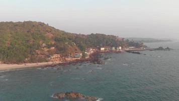 Vue aérienne de la plage d'Arambol dans l'état de Goa, en Inde. vagues calmes de l'océan. video