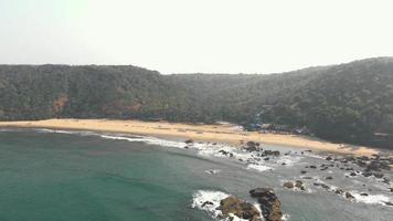 serena praia de arambol cercada por colinas verdejantes, goa, índia. tiro estabelecido video