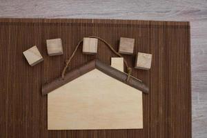 casa de madera y bloques. foto