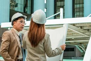 dos ingenieros reunidos en un sitio de construcción foto