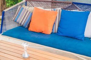 mesa y sofá con almohadas foto
