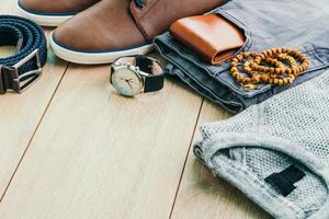 Ropa y accesorios de moda en piso de madera. foto