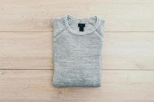 suéter sobre fondo de madera foto