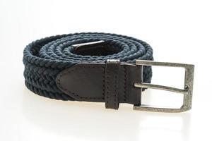 cinturón con hebilla sobre fondo blanco foto