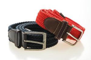 cinturones con hebilla sobre fondo blanco foto