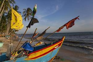 Barco de pesca en la playa en Vietnam foto